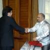 К.Алтунян вручает благодарственную грамоту Р.Ракшаеву