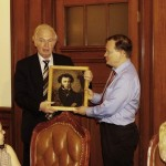 В.Ганичев вручает М.Дроздову портрет Пушкина