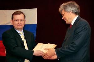 Председатель КССК вручает Евангелие Послу России в Китае С. С. Разову