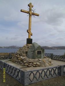 Памятный крест на острове Русском. фото 2006 года