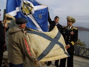 Андреевский флаг флотилии Старка у креста на острове Русском